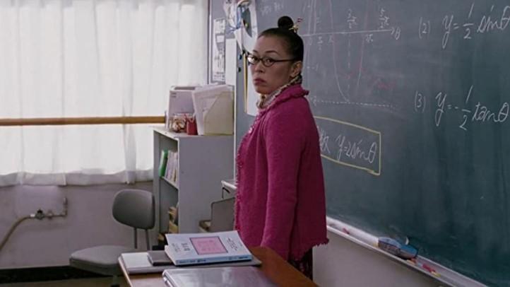 Escena de la película reto Tokio. Maestra dando clases
