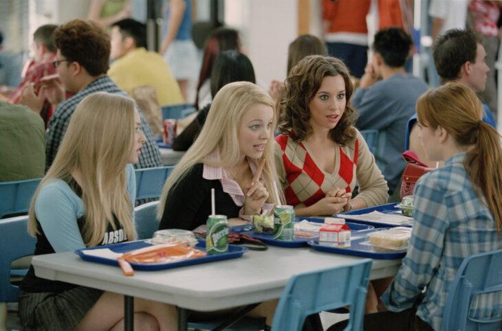 Escena de la película Chicas pesadas. Chicas sentadas en la cafetería
