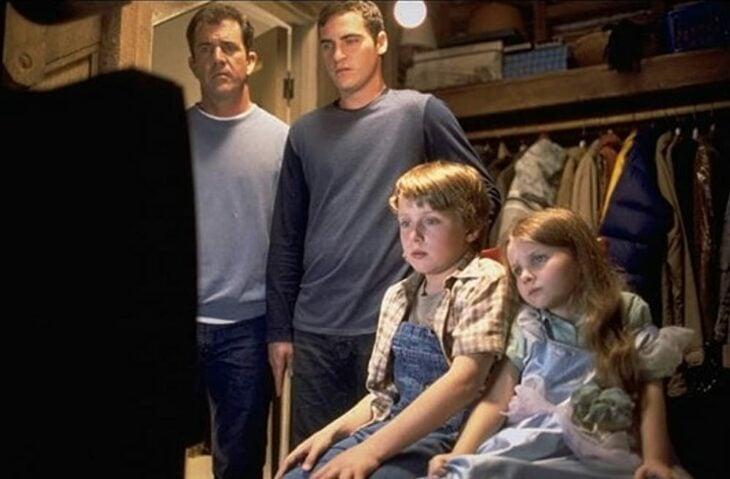 Escena de la película señales. Familia viendo la televisión