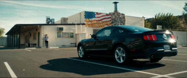 Chica viendo su auto estacionado frente a ella