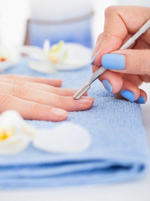 Manos recibiendo unas manicura en tonos pastel; Cómo fortalecer tus uñas después de retirar el gelish