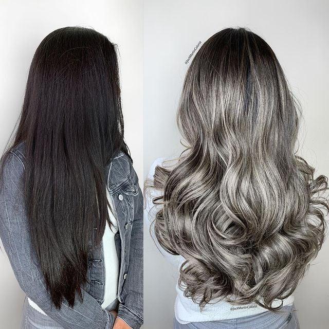 mujer con cabello largo teñido en plata con negro; Convierte cabello con canas en hermosas melenas plateadas