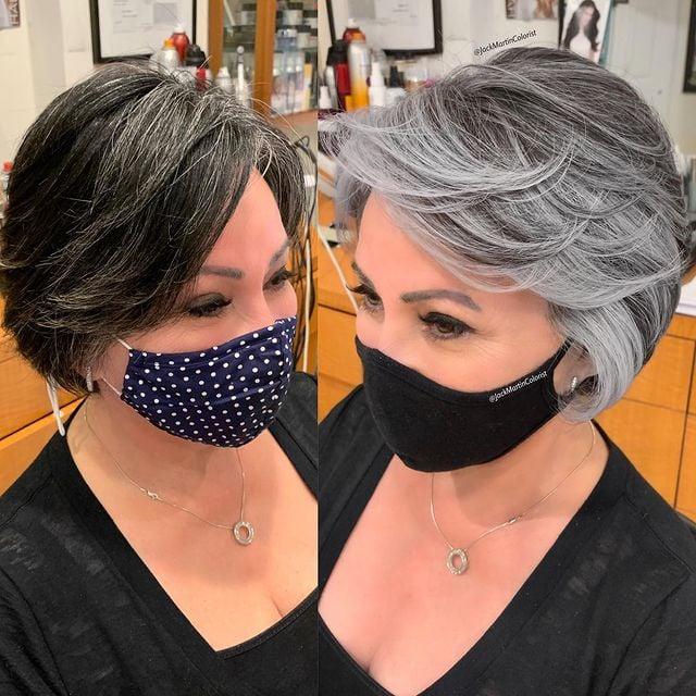 mujer con cabello corto teñido en plata con mechas oscuras; Convierte cabello con canas en hermosas melenas plateadas