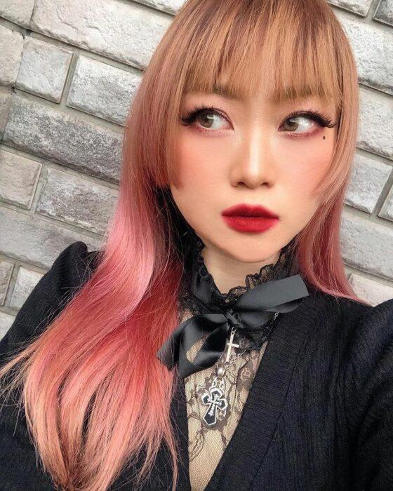 Chica con el corte hime y teñido de color rosa