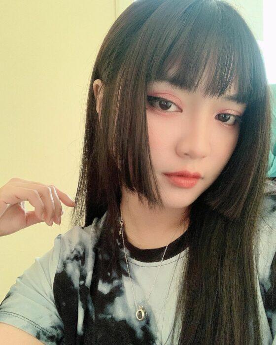 Chica con el corte Hime y el cabello teñido de color café