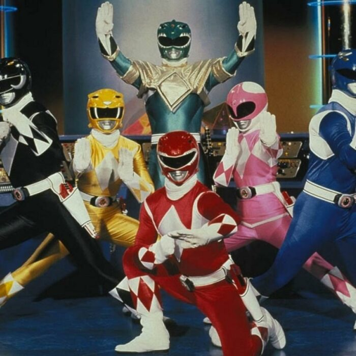 Power Ranger juntos en su guarida secreta