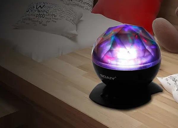Luz led de diferentes colores puesta en una mesa de noche