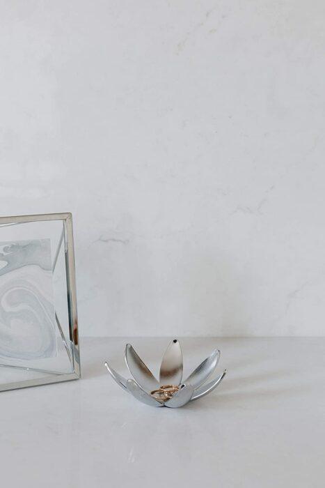 Joyero en forma de flor puesto en una mesa