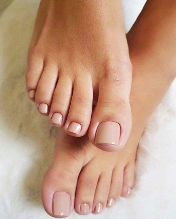 Diseño de uñas para pies en color nude
