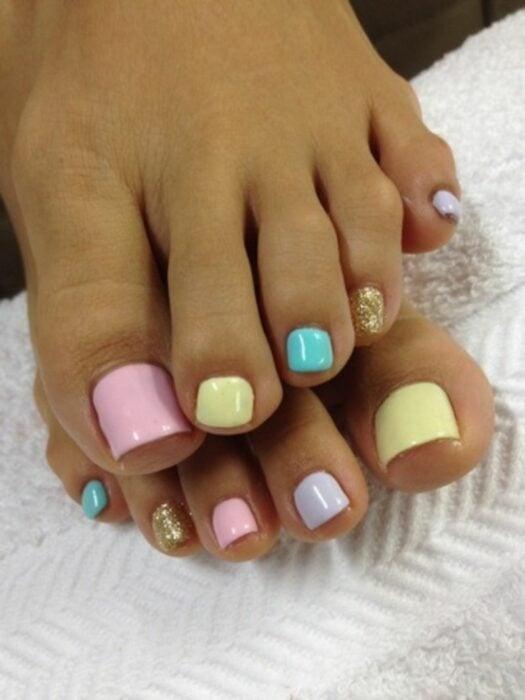 Diseño de uñas para pies en colores