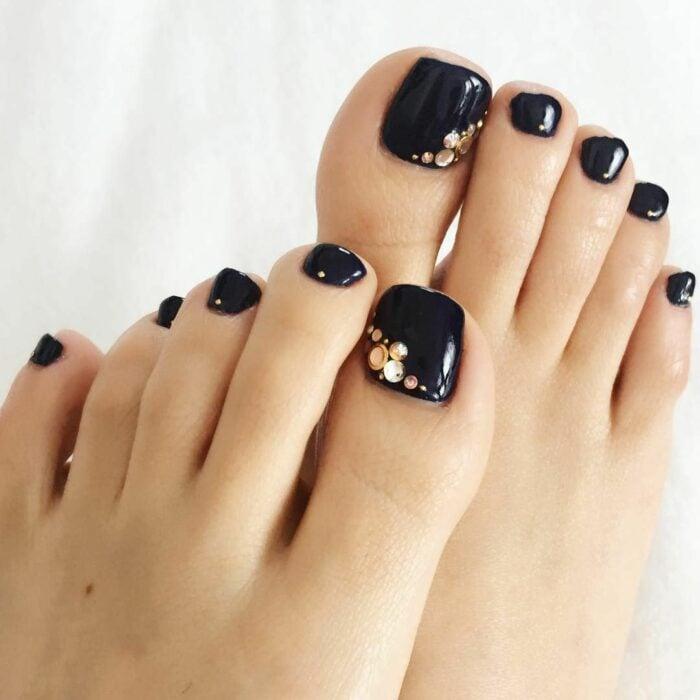Diseño de uñas para pies en color negro
