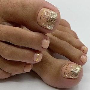 Diseño de uñas para pies en color beige con destellos dorados
