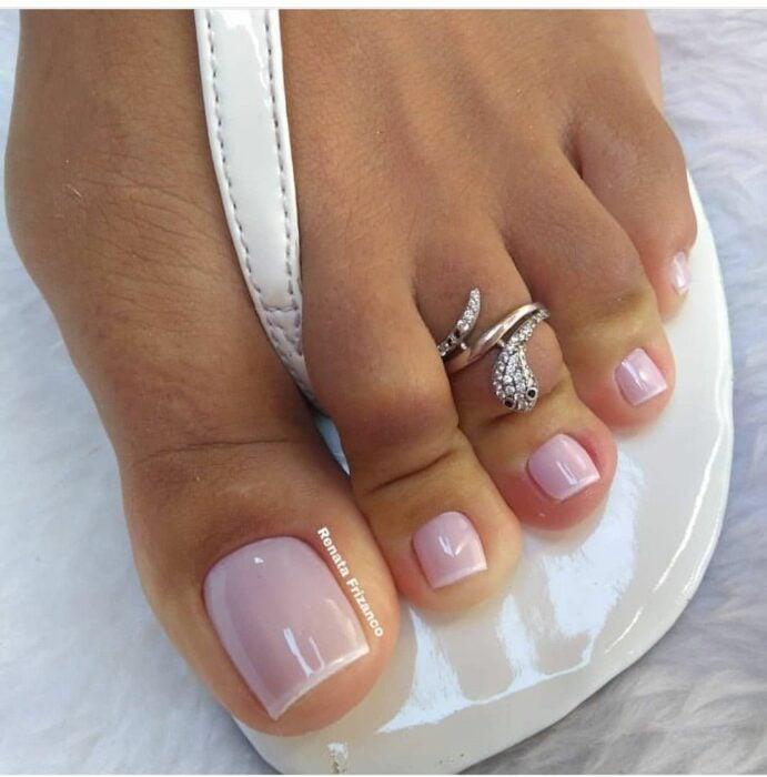 Diseño de uñas para pies en color nude con estilo french