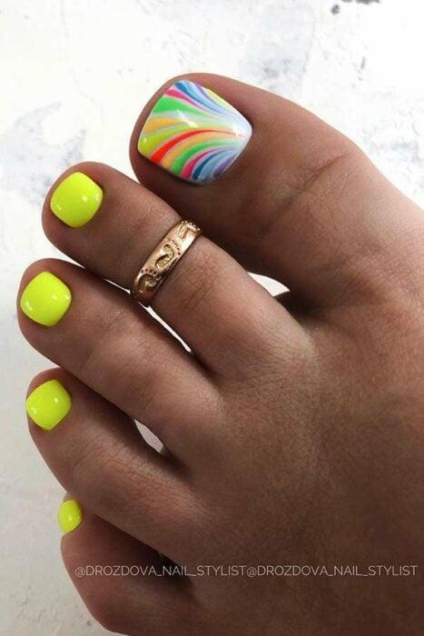 Diseño de uñas para pies en color amarillo neón