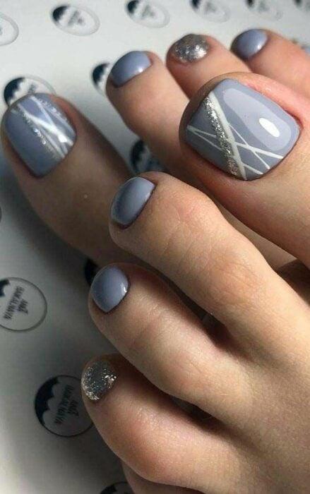 Diseño de uñas para pies en color gris