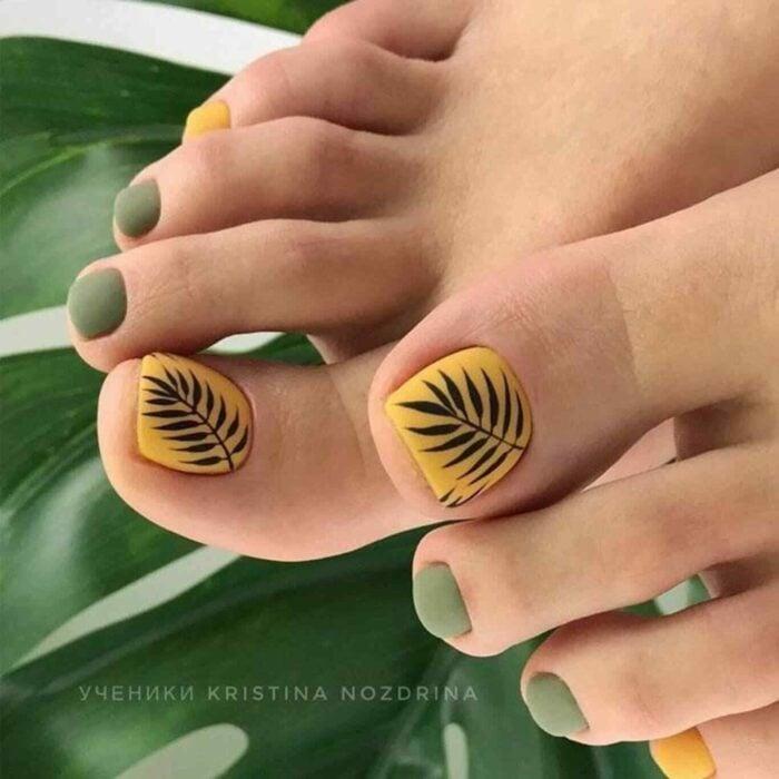 Diseño de uñas para pies en color amarillo y verde