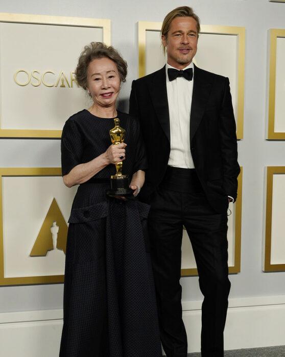 Youn Yuh-jung junto a Brad Pitt en la entrega de los premios oscar
