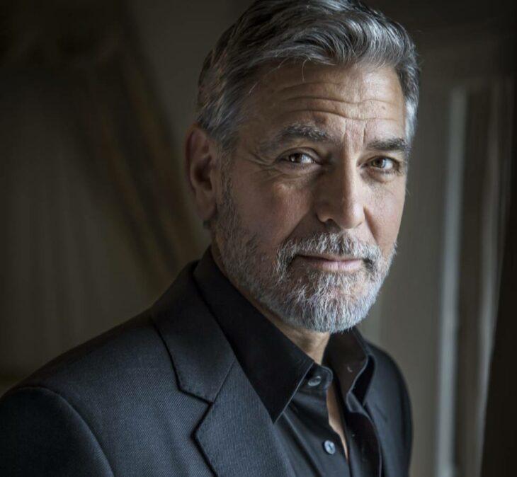 George Clooney  posando durante una sesión de fotos en un evento