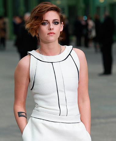 Kristen Stewart  posando durante una sesión de fotos en un evento