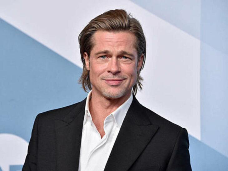 Brad Pitt posando durante una sesión de fotos en un evento