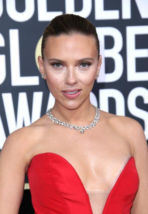 Scarlett Johansson  posando durante una sesión de fotos en un evento