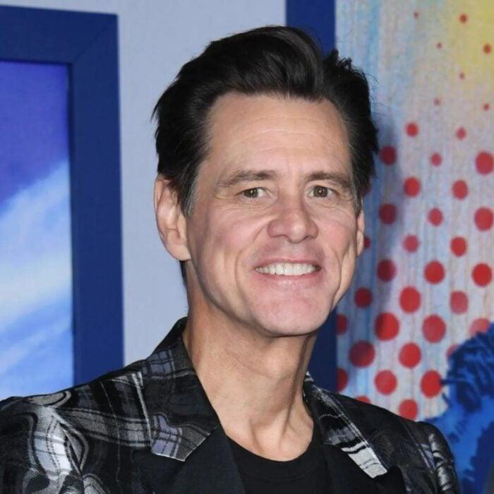 Jim Carrey posando para una fotografía