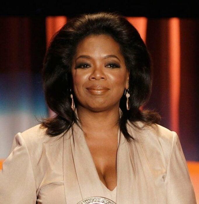 Oprah Winefrey posando para una fotografía
