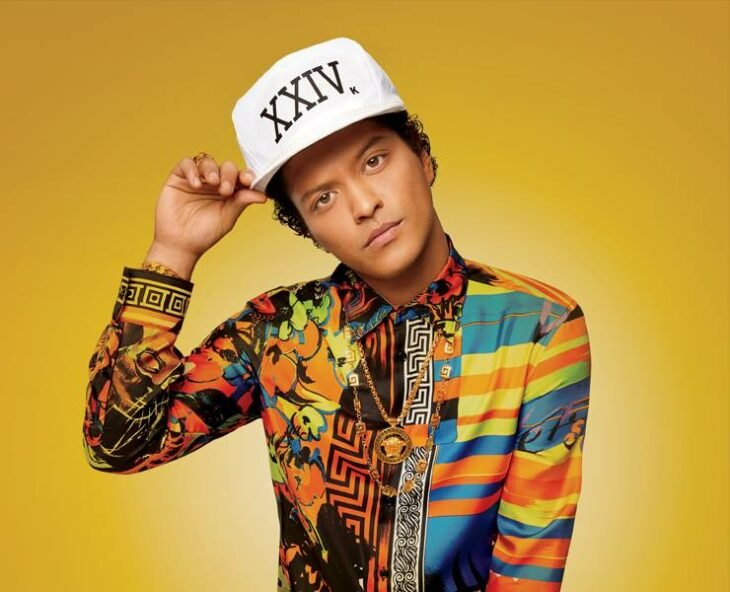 Bruno Mars posando para una fotografía
