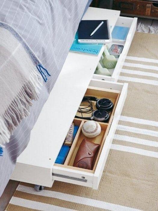 Cajón bajo la cama para colocar artículos deportivos