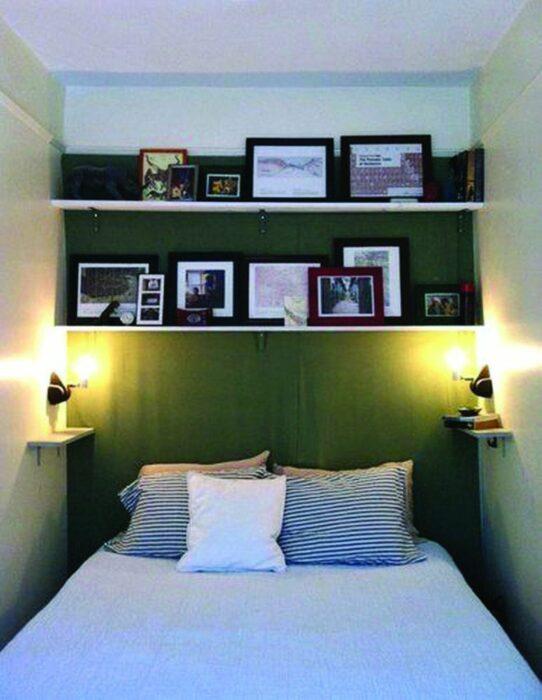 Mueble sobre la cama para colocar fotografías