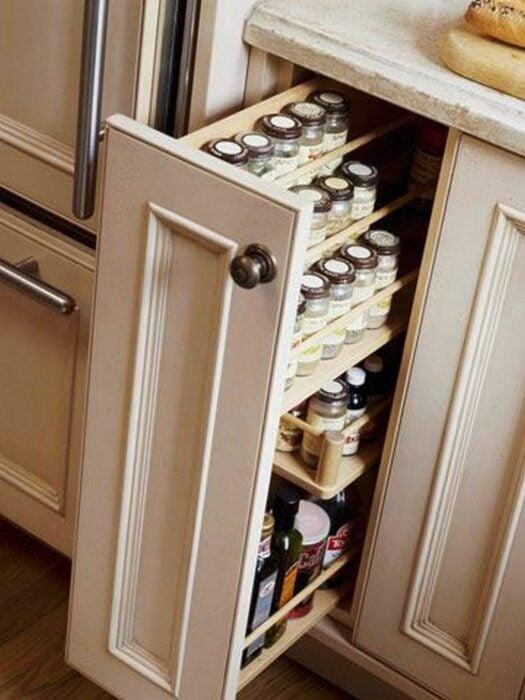 Cajón en un espacio de la cocina para colocar especieros