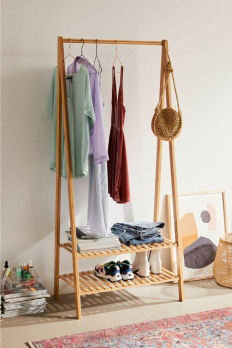 Mueble para colgar la ropa y poner los zapatos
