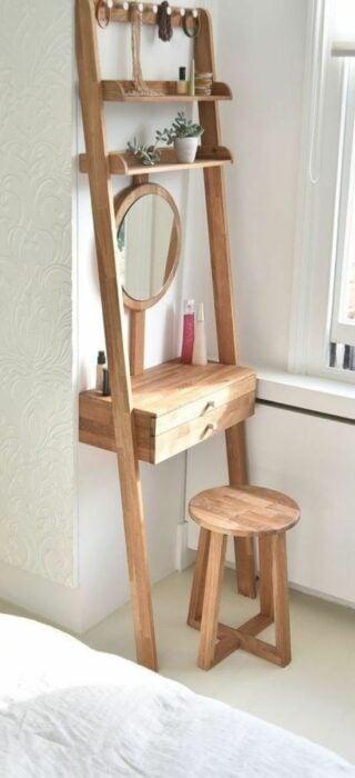 Mesa con espejo y un banco para las que no tienen tocador