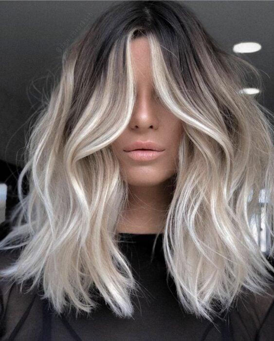 Chica con el cabello teñido con mechas platinadas