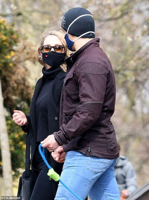 Henrry Cavill paseando junto a una chica en Londres