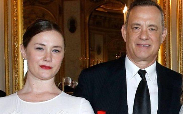 Elizabeth Ann Hanks abrazando a su papá Tom Hanks