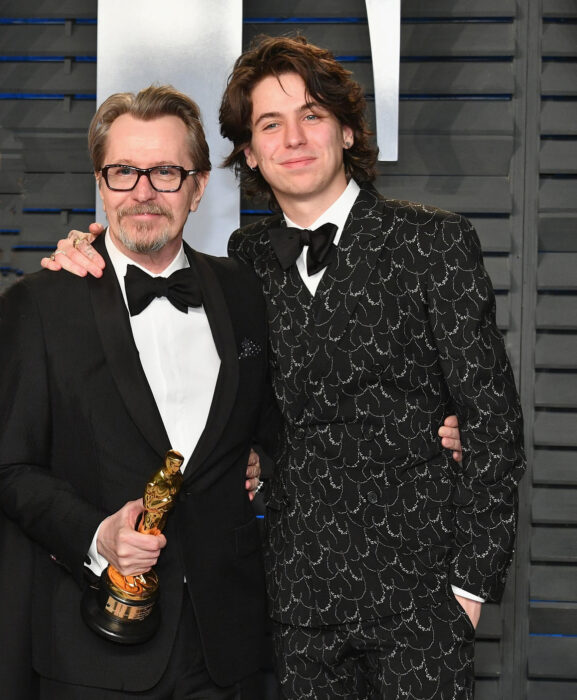 Charlie John Oldmanabrazando a su papá Gary Oldman durante los Óscar