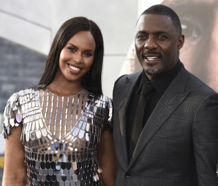 Isan Elba e Idris Elba abrazados durante una alfombra roja