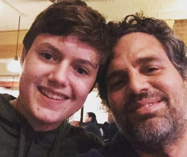 Keen Ruffalo posando junto a su padre Mark Ruffalo en una selfie