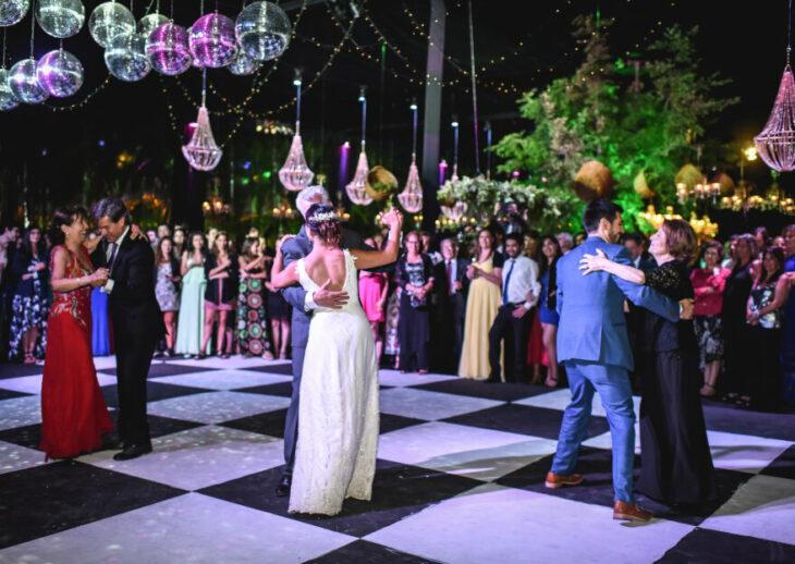 Pareja el día de la boda bailando