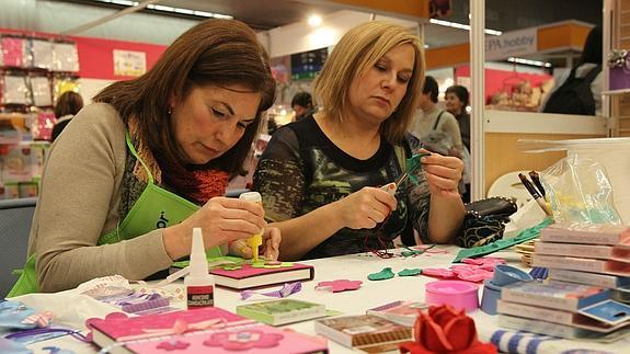 Mujeres haciendo manualidades de su boda