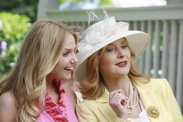 Escena de la película la venganza de las damas de honor. Madre e hija conversando