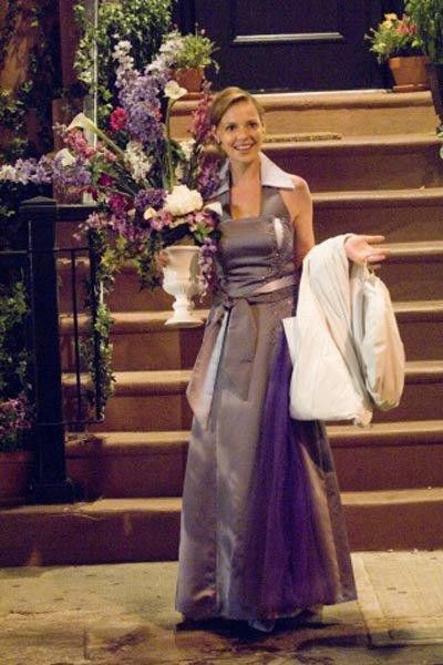 Dama de novia cargando un centro de mesa con flores