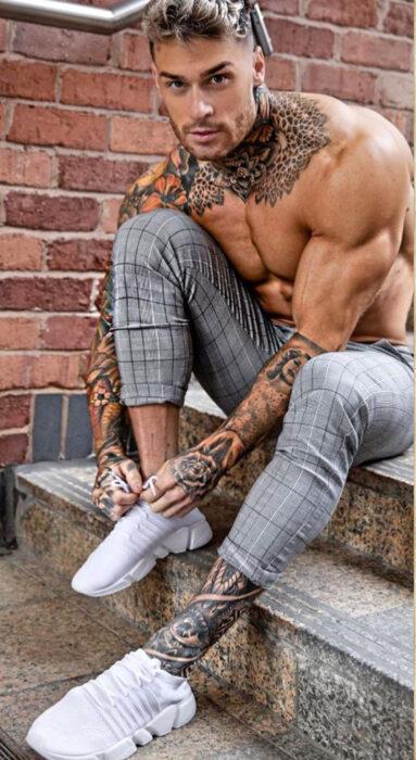 Chico sentado en unas escaleras atando sus cintas