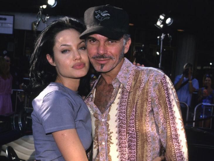 Angelina Jolie y Billy Bob Thornton abrazados posando para una fotografía