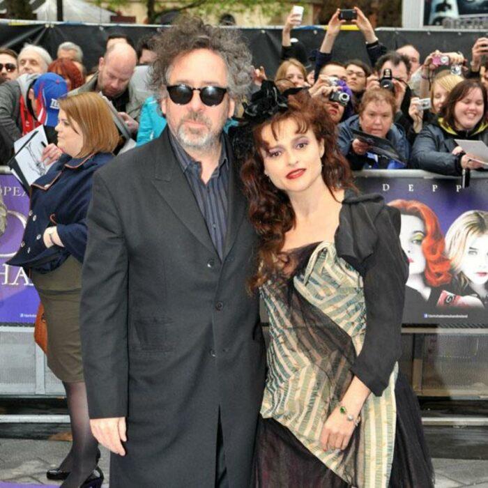 Tum Burton y Helena Bonham Carter abrazados durante una sesión de fotos en una alfombra roja