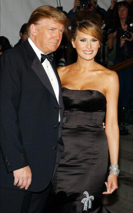 Donald Trumpy Melania abrazados posando para una fotografía