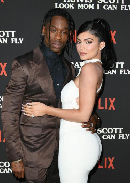 Travis Scotty Kylie Jenner abrazados posando para una fotografía