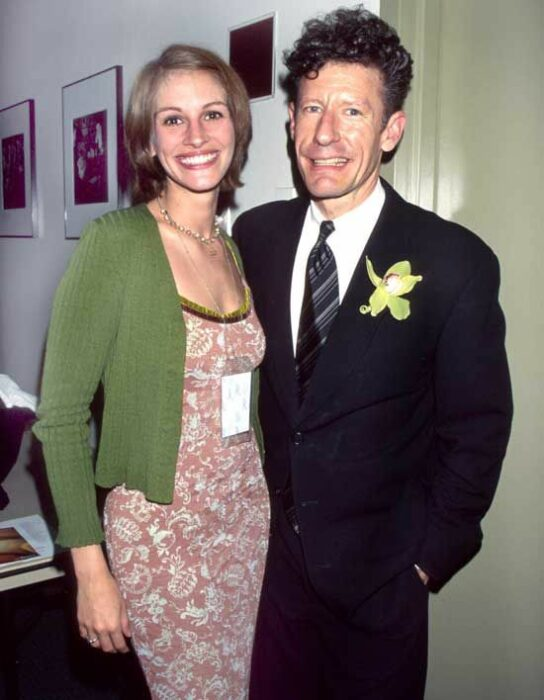 Julia Roberts y Lyle Lovettabrazados posando para una fotografía