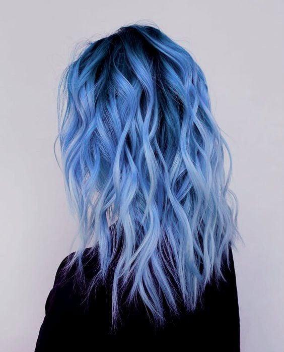 Chica con cabello ondulado teñido en azul mora;Ideas para pintarte el cabello de un color que nunca imaginaste